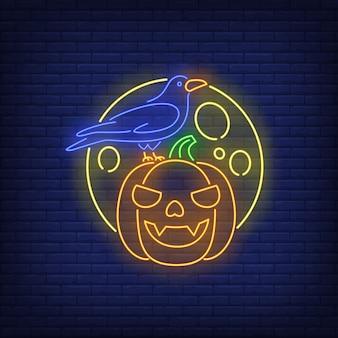 Insegna al neon con faccia di zucca, corvo e luna
