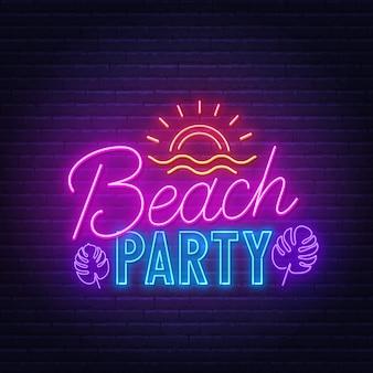 Insegna al neon del beach party sul muro di mattoni.