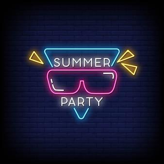 Insegna al neon del partito di estate sul muro di mattoni