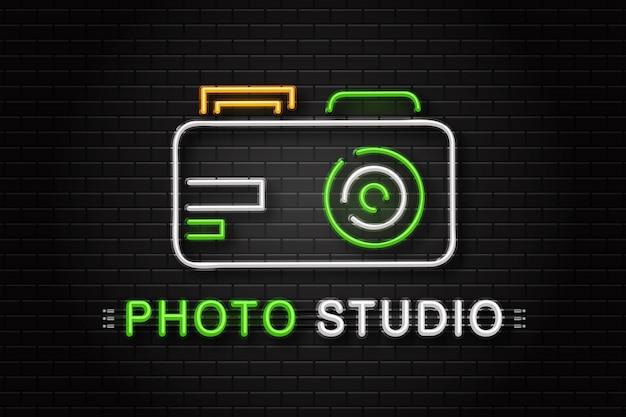 Insegna al neon della fotocamera per la decorazione sullo sfondo della parete. logo al neon realistico per studio fotografico. concetto di professione di fotografo e processo creativo.