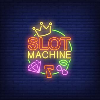 Insegna al neon della slot machine. numero sette, diamante, corona, ciliegia