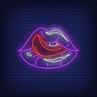 Insegna al neon delle labbra leccata