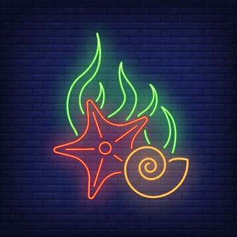 Insegna al neon delle stelle marine, delle alghe e delle coperture sul muro di mattoni.