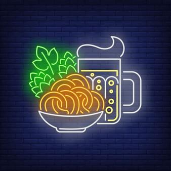 Insegna al neon di boccale di birra, salatini e coni di luppolo