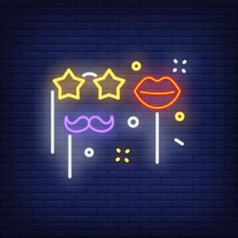 Insegna al neon di falsi occhiali, labbra e baffi