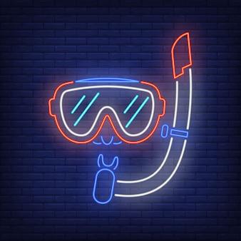 Insegna al neon di maschera subacquea. boccaglio e bicchieri sul muro di mattoni