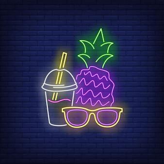 Insegna al neon di occhiali da sole, ananas e cocktail