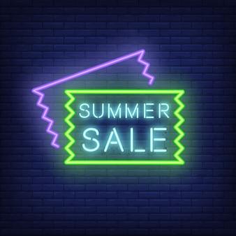 Insegna al neon di vendita estiva. illustrazione con testo blu incandescente nel telaio e vendita aletta di filatoio