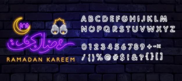 Insegna al neon ramadan kareem con scritte e falce di luna su uno sfondo di muro di mattoni. iscrizione araba significa
