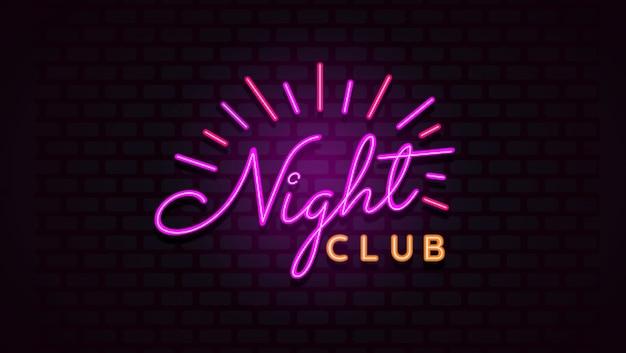 Insegna del night-club con luce al neon sul fondo del muro di mattoni.