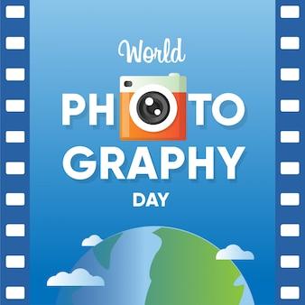 Insegna di giornata mondiale della fotografia con la carta del rotolo di film e il fondo del globo del mondo