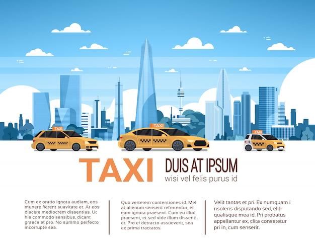 Insegna di infographic del modello di servizio di taxi con lo spazio della copia, automobili gialle della carrozza sopra il fondo della città