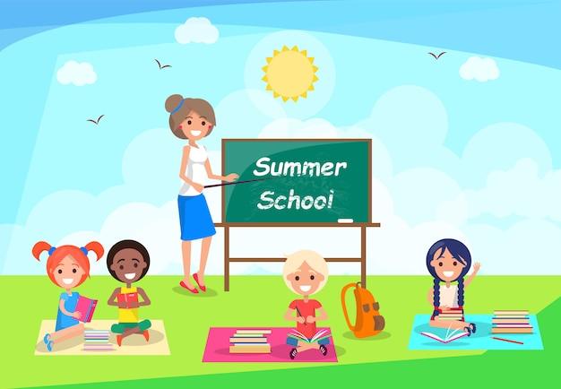 Insegna di scuola di estate con l'insegnante che sta lavagna vicina