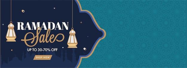 Insegna di vendita del ramadan con le lanterne d'attaccatura e la siluetta della moschea su fondo verde e blu.