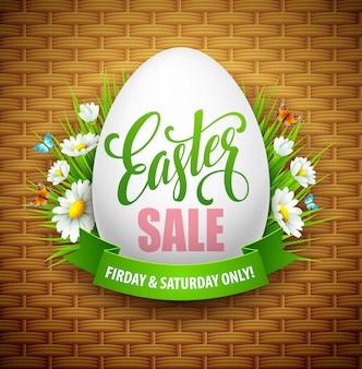 Insegna di vendita di pasqua con le uova e il fiore della molla.