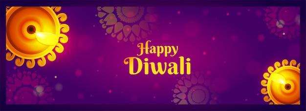 Insegna felice di celebrazione di diwali con la vista superiore delle lampade a olio illuminate (diya) sul bokeh porpora del modello della mandala