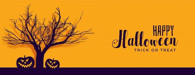 Insegna felice di halloween con l'albero e la zucca spaventosi