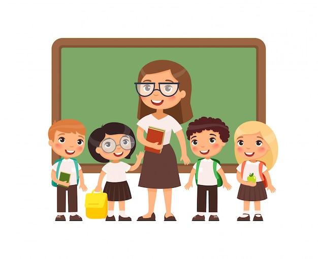 Insegnante con gli allievi nell'illustrazione piana dell'aula. ragazzi e ragazze vestiti in uniforme scolastica e insegnante femminile in piedi vicino a personaggi dei cartoni animati di lavagna. felici studenti delle scuole elementari