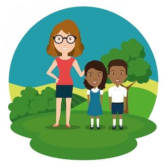 Insegnante di donna con gli studenti nel parco