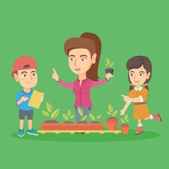 Insegnante e bambini di scuola caucasici che piantano i germogli