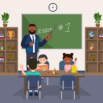 Insegnante sta alla lavagna. mostra puntatore a bordo in aula.