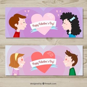 Insegne di giorno di biglietti di s. valentino con le coppie che se lo esaminano