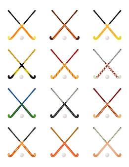 Insieme dei bastoni di hockey attraversati su erba