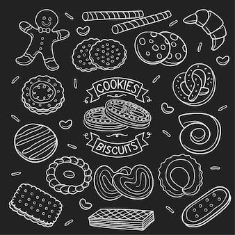 Insieme dei biscotti e del biscotto di scarabocchio in lavagna