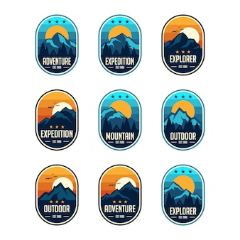 Insieme dei distintivi di emblemi di viaggio di montagna classico dell'annata nove