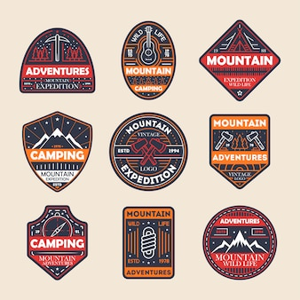 Insieme del distintivo isolato annata di avventure della montagna