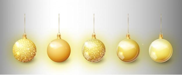 Insieme del giocattolo dell'albero di natale dell'oro isolato su una priorità bassa trasparente. calza decorazioni natalizie.