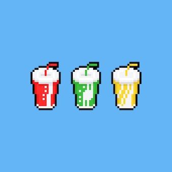 Insieme dell'icona della tazza di carta della bibita di arte del pixel.