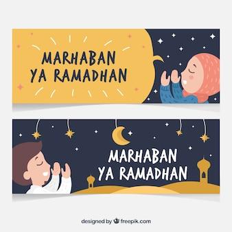 Insieme delle bandiere del ramadan con persone che pregano