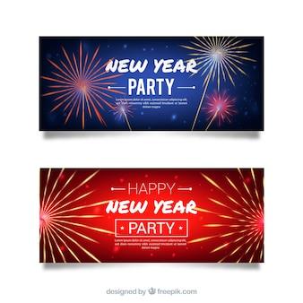 Insieme delle bandiere di nuovo anno in blu e rosso con fuochi d'artificio