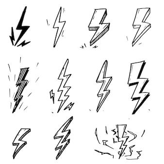 Insieme delle illustrazioni elettriche disegnate a mano di schizzo di simbolo del fulmine di scarabocchio di vettore.