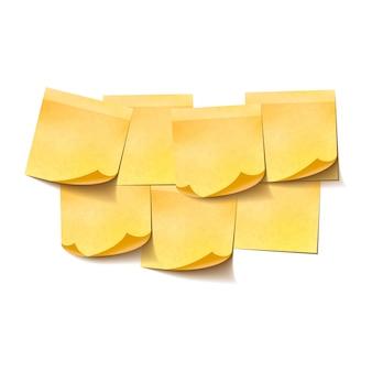 Insieme delle note appiccicose vuote gialle su fondo bianco