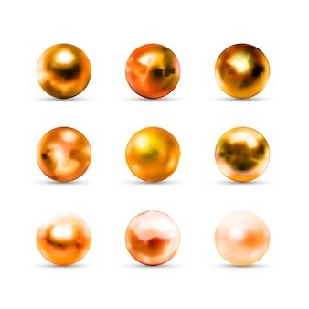 Insieme delle palle dorate lucide realistiche con i riflessi e la riflessione isolati su bianco