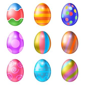 Insieme delle uova di pasqua colorate su fondo bianco