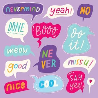 Insieme di bolle di discorso colorato con parole