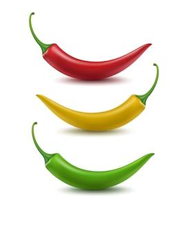 Insieme di chili pepper caldo verde giallo rosso su fondo bianco