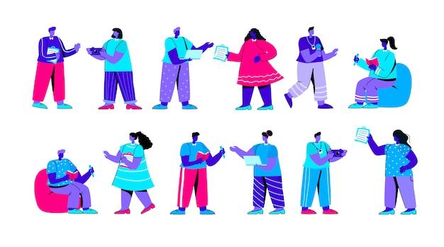 Insieme di giornalisti divertenti con blocchi note, carattere persone piatto blu computer portatili