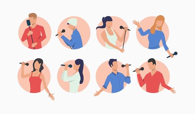 Insieme di giovani cantanti pop con microfoni