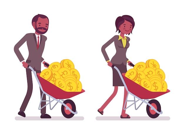 Insieme di impiegati che spingono una carriola con monete d'oro