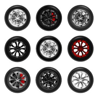 Insieme di nuove ruote del nero dell'automobile isolate su fondo bianco.