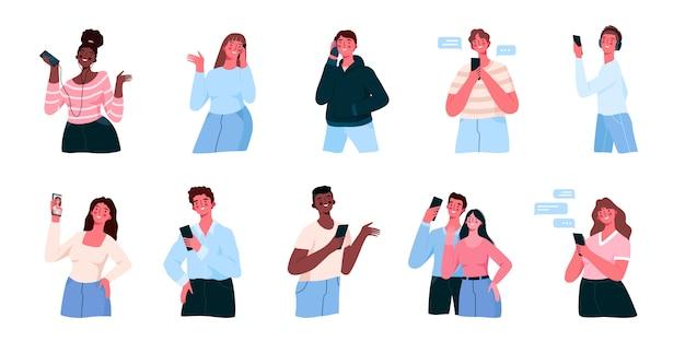 Insieme di persone utilizzano gli smartphone sms