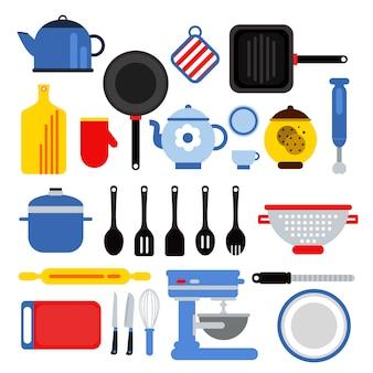 Insieme di strumenti differente della cucina isolato su bianco