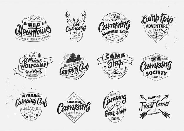 Insieme di wolfcamp d'annata e campeggio, negozio del campo, distintivi all'aperto, modelli su fondo bianco isolato.