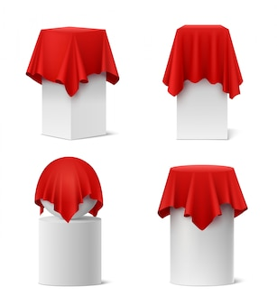Insieme realistico del panno di seta rosso di presentazione isolato
