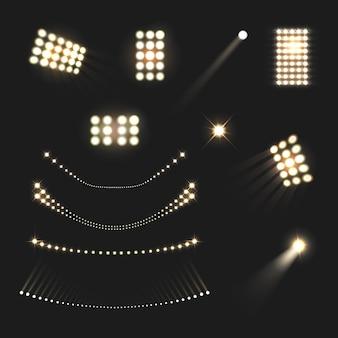 Insieme realistico delle luci e delle lampade dei proiettori dello stadio isolato