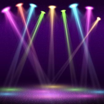 Interni moderni della discoteca con palcoscenico vuoto e luci spot di colore.
